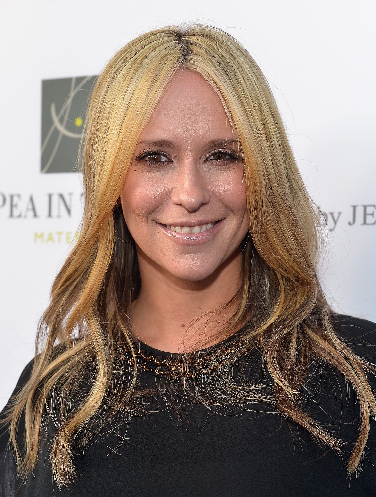 Jennifer Love Hewitt Goes Back To Brunet Gets Mom Bob Haircut