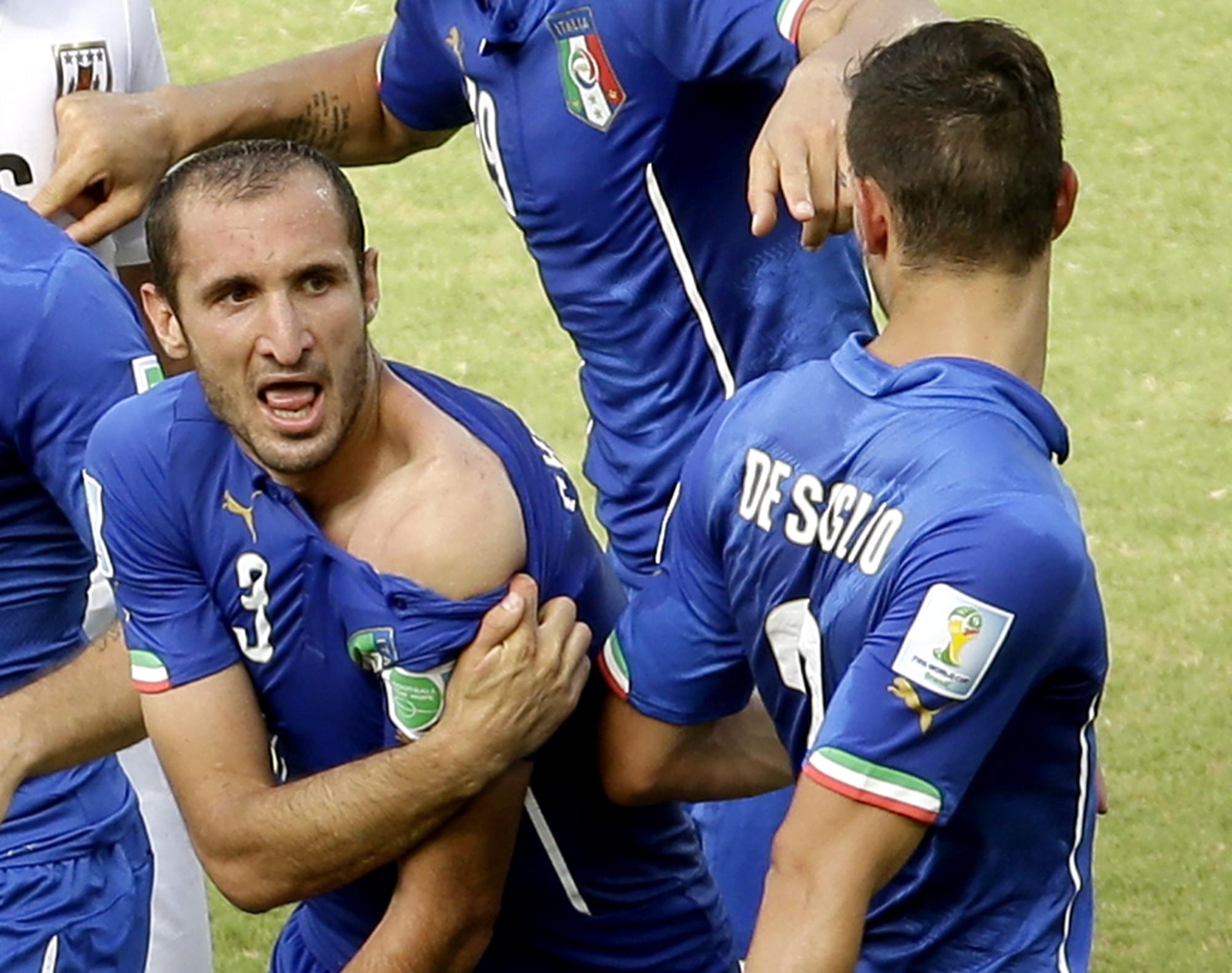 Luis Suarez apologizes for biting Giorgio Chiellini in World Cup