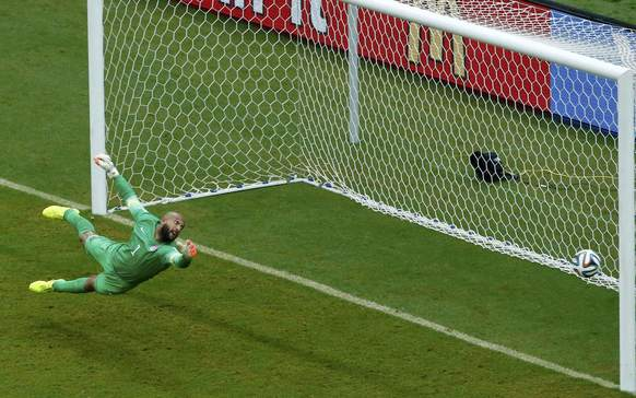 Goalkeeper Tim Howard of the U.S. fails to save a goal scored by Germany's Thomas Mueller (unseen) during their 2014 World Cup Group G soccer match at the Pernambuco arena in Recife June 26, 2014. REUTERS/Ruben Sprich (BRAZIL  - Tags: SOCCER SPORT WORLD CUP)   ORG XMIT: DHH117
