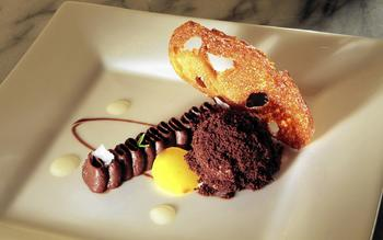 Pan con chocolate (Chocolate flan with caramelized bread, olive oil and brioche ice cream)