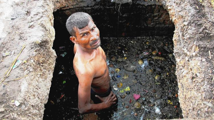 Sewage cleaners in India