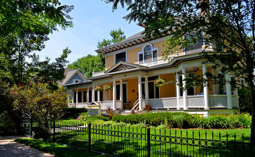 Edwards House Bed & Breakfast is located just a few blocks from historic Old Town Fort Collins.  The house was built in 1904.