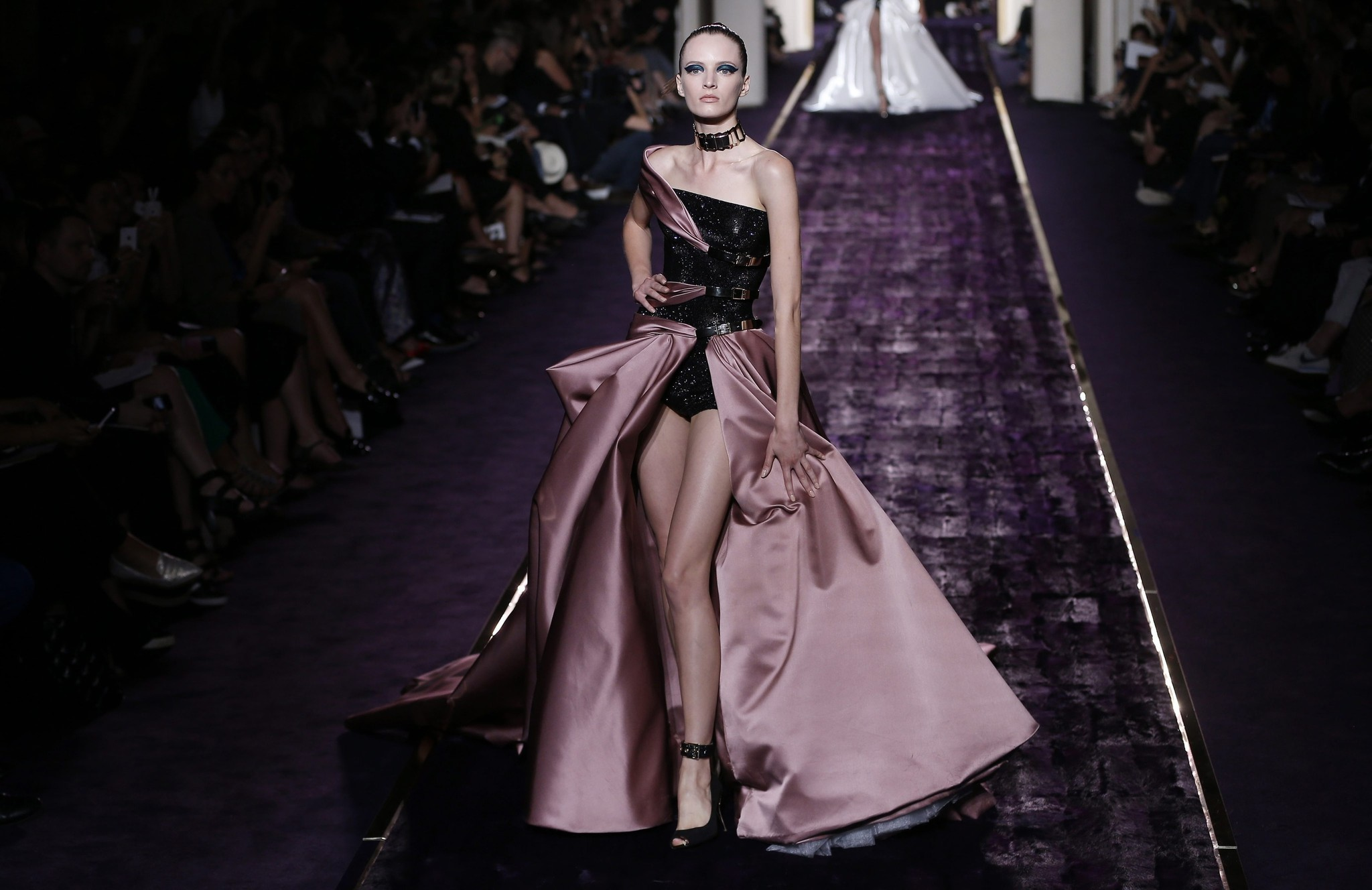 Paris haute couture 2014 versace gets a leg up on the for Chamber of couture