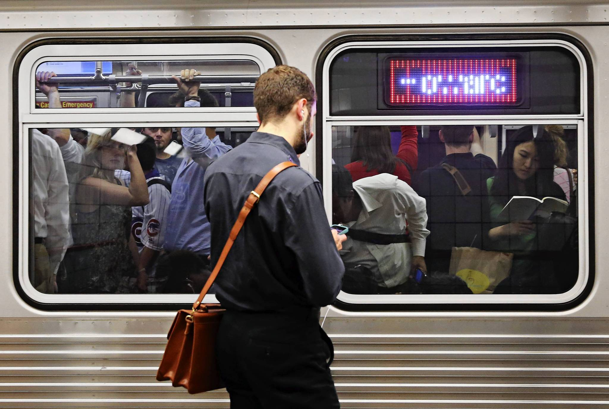 Riders on CTA Red and Blue Line subways will see upgraded 4G wireless service next year, the agency will announce on Thursday.