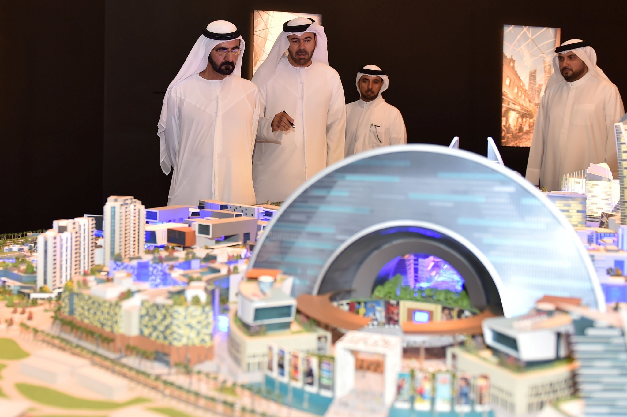 Dubai to build world 39 s biggest mall with 100 hotels for The big hotel in dubai