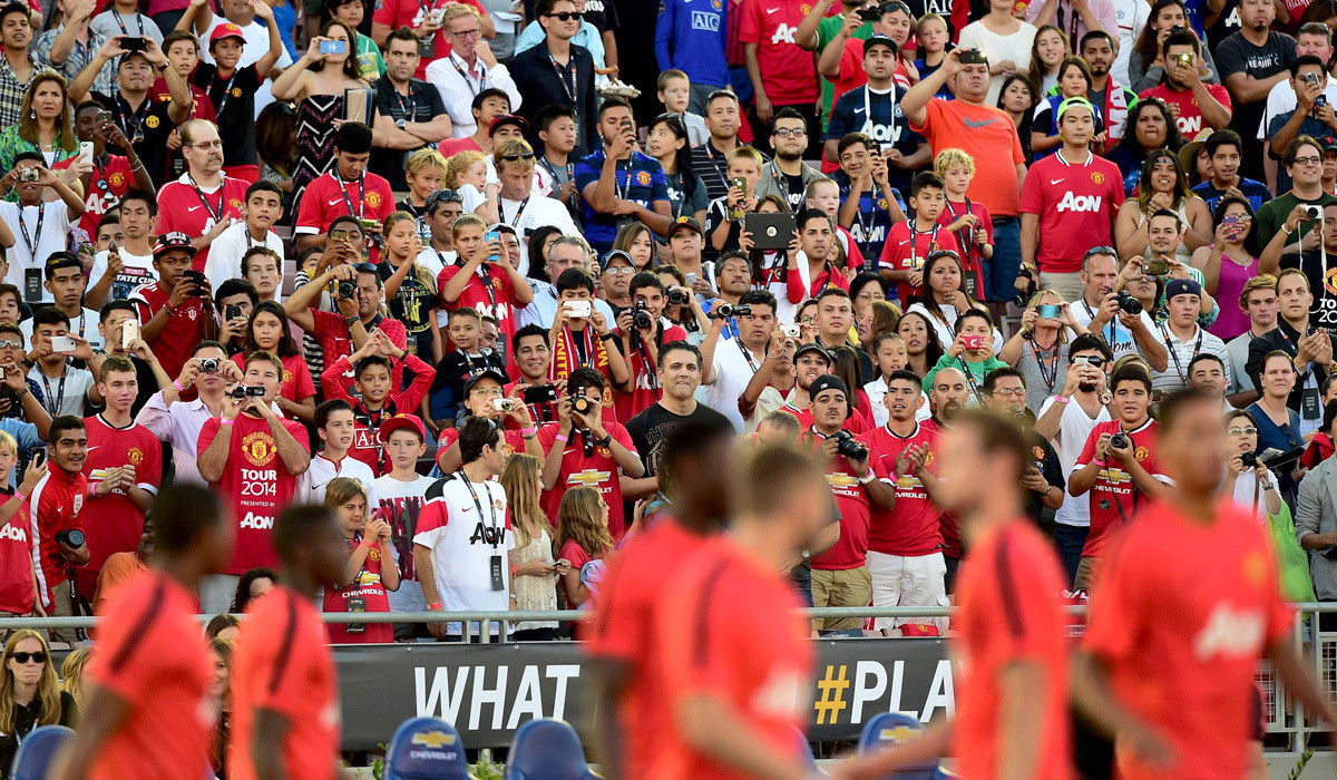 Before Galaxy takes on Manchester United, a sea of red in Rose Bowl