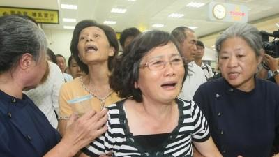 Raw: Families Travel to Taiwan Plane Crash Site