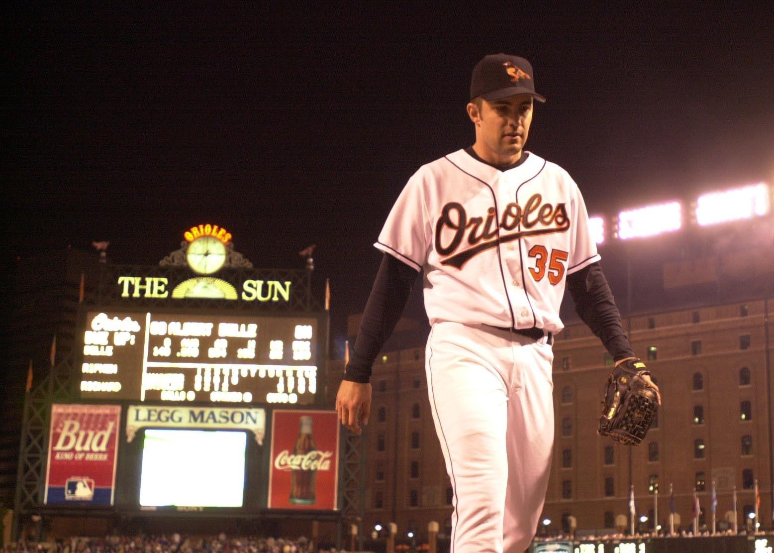 Mike Mussina exits the field between innings in his last game as an Oriole.