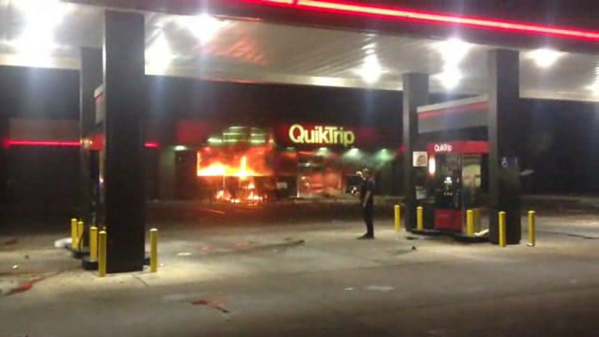 Ferguson Quiktrip in looted and set on fire - LA Times