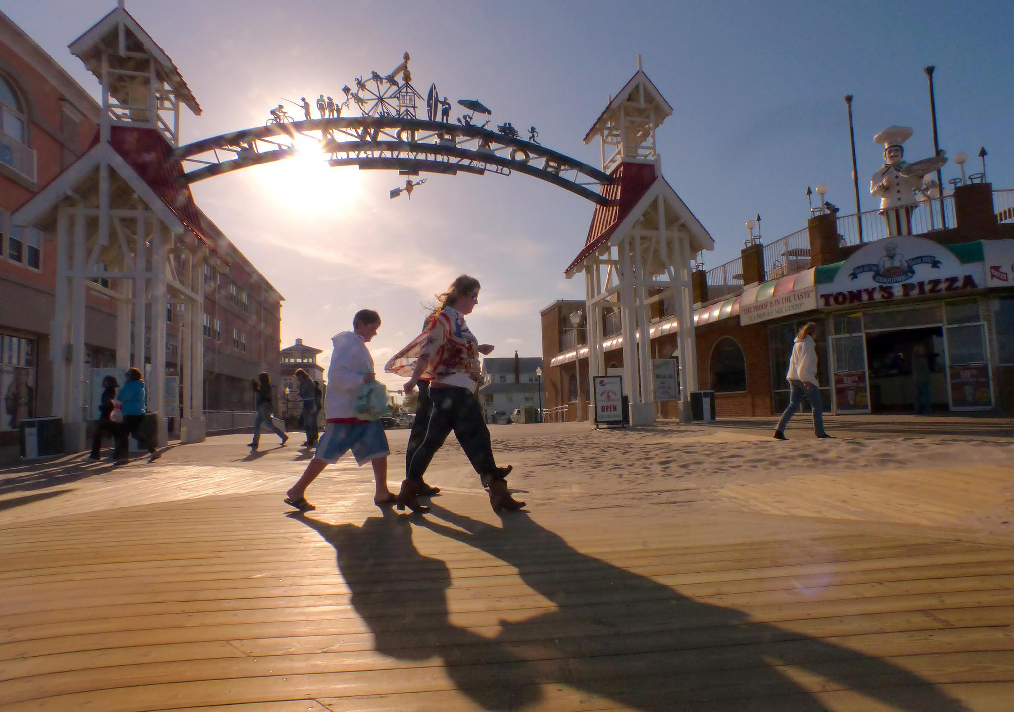 Pole dancer enlivens Ocean City Boardwalk, riles many