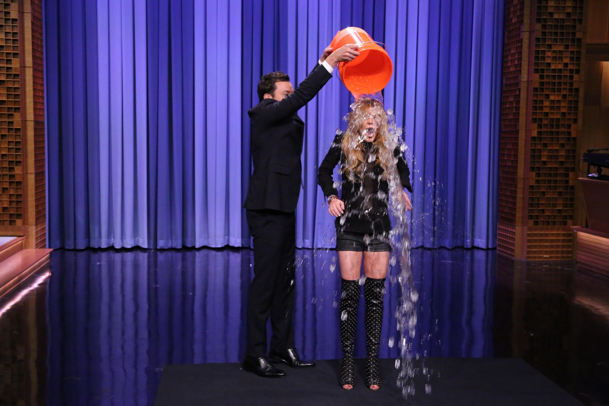 EN FOTOS: Famosos toman su balde de agua fría - Ice Bucket Challenge
