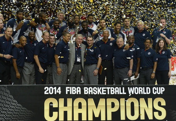 Derrick Rose and Tom Thibodeau post with other U.S. players and staff after winning the gold medal.