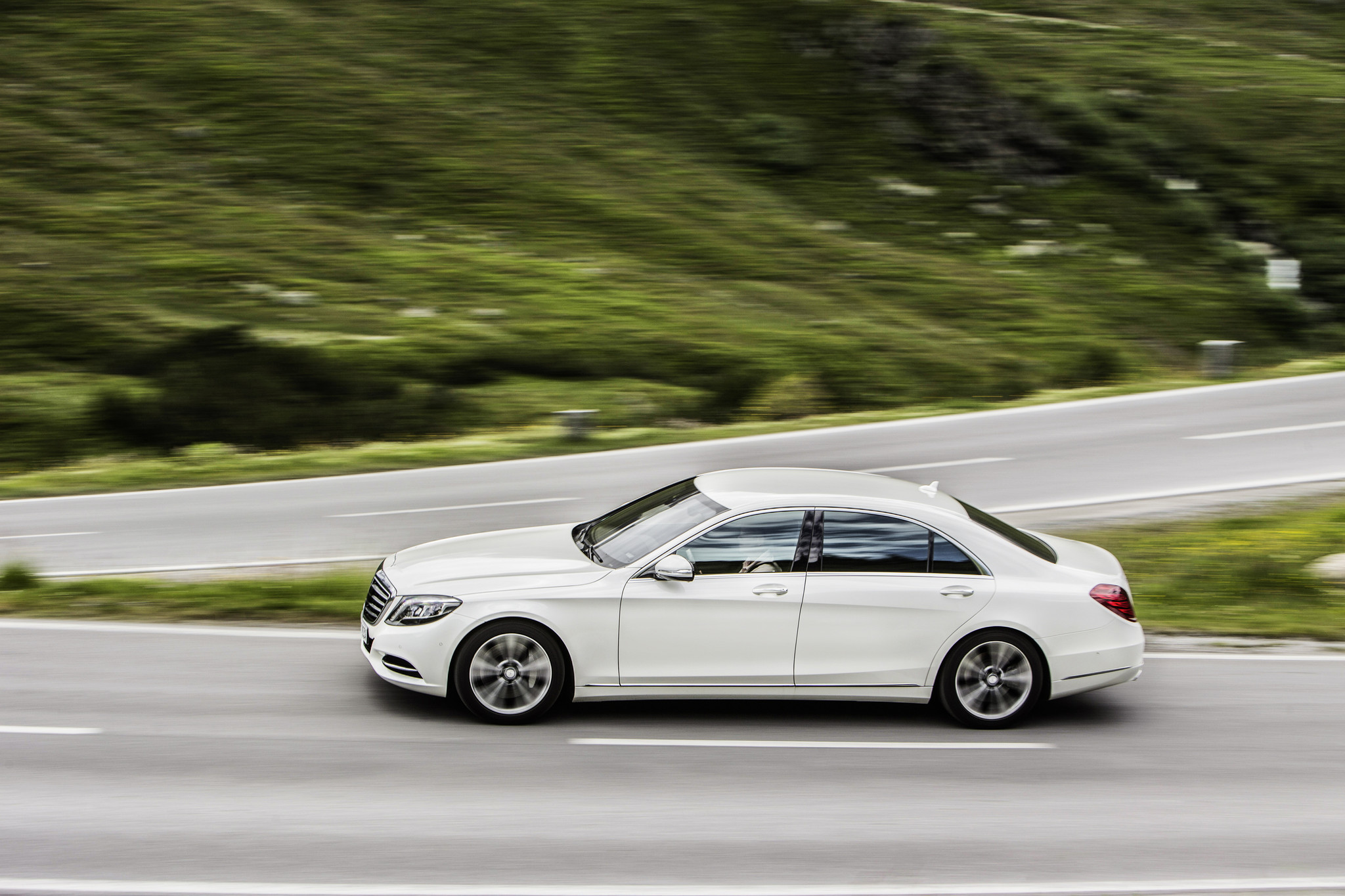 mercedes benz introduces its first luxury hybrid the s550 plug in la times