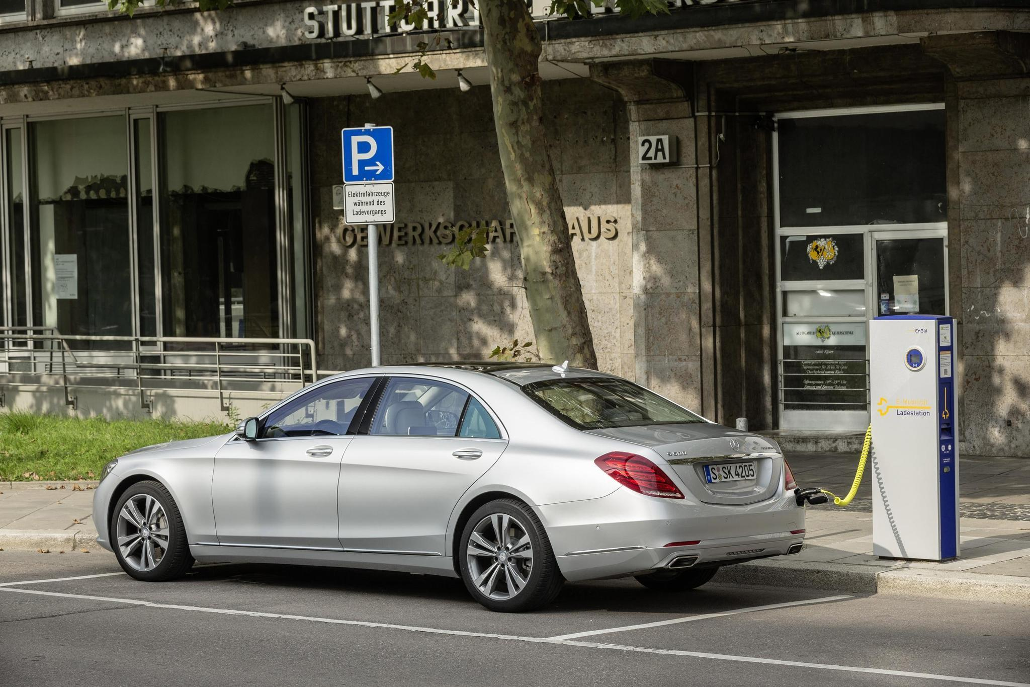 Mercedes-Benz launches first plug-in hybrid, S550 - Chicago Tribune