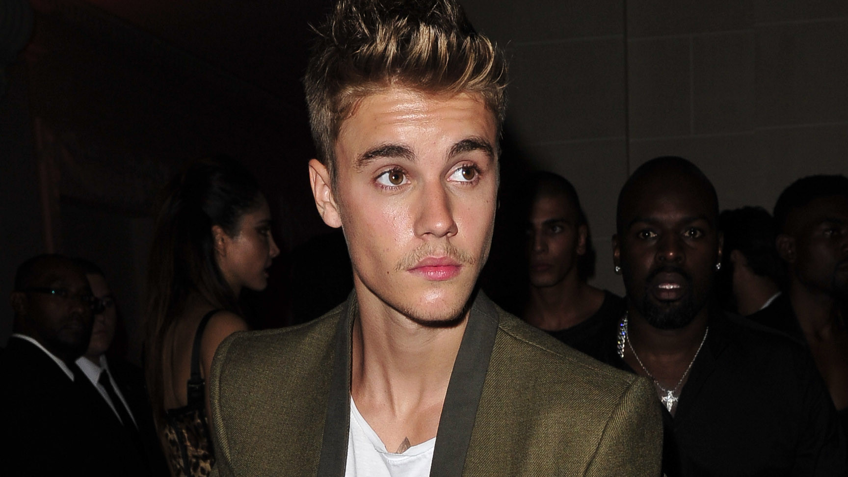 Justin Bieber reportedly punches paparazzo in Paris kerfuffle