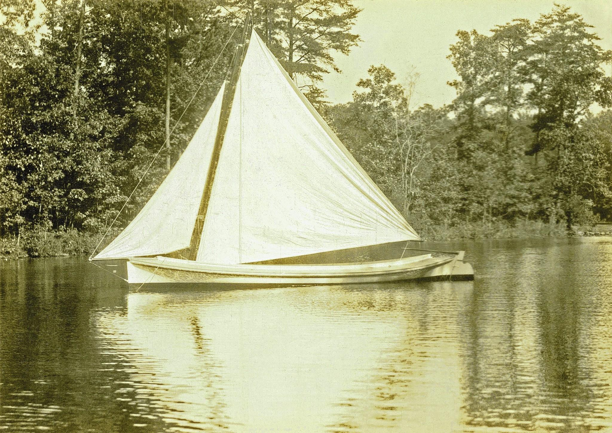 The Poquoson log canoe featured high sides designed to navigate the sometimes rough waters of the less-protected lower Chesapeake Bay, plus a single mast with a simple, easy-to-use triangular sail. Most of the examples were robustly built with three logs.