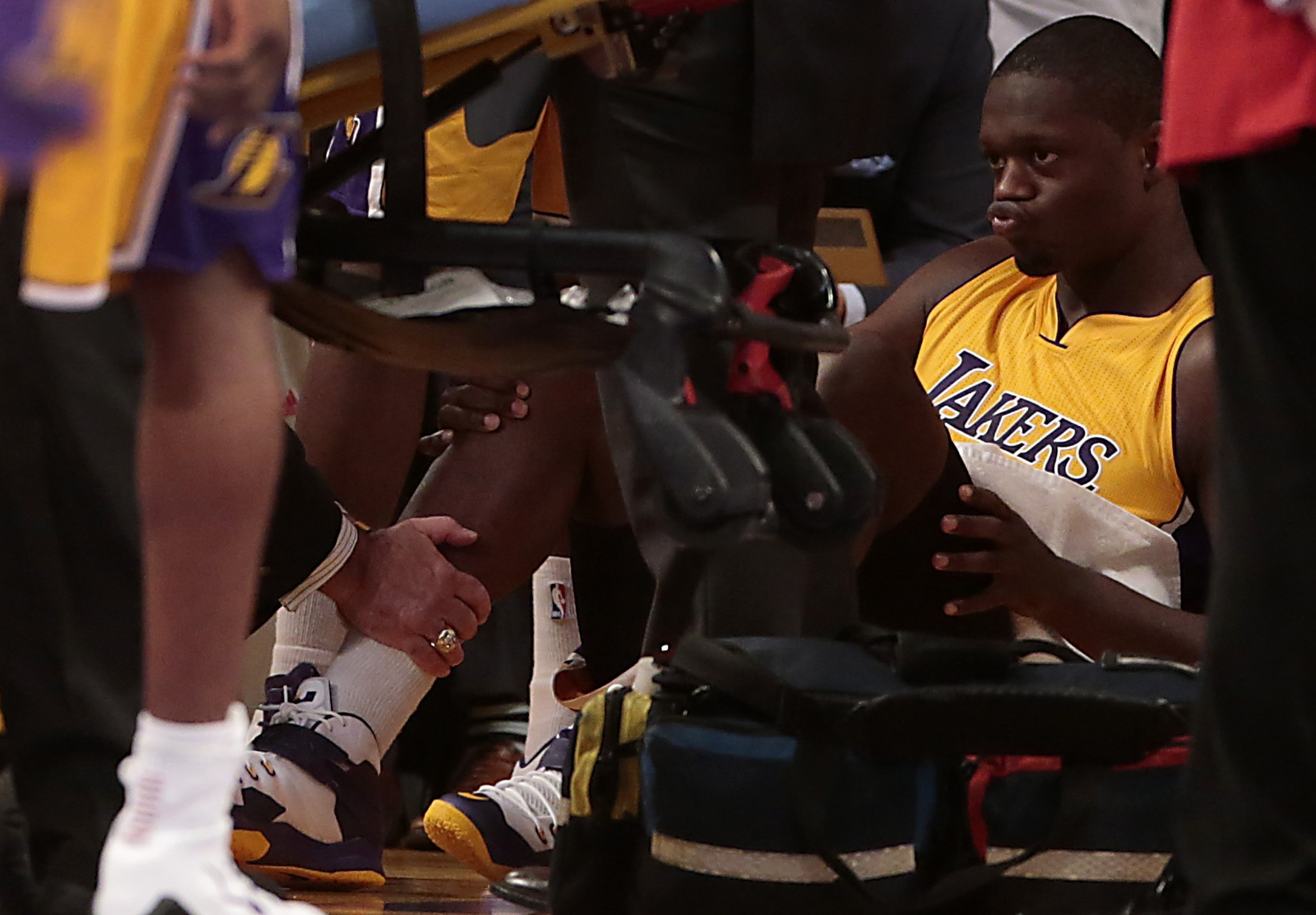 Lakers rookie Julius Randle suffers fractured tibia in NBA debut