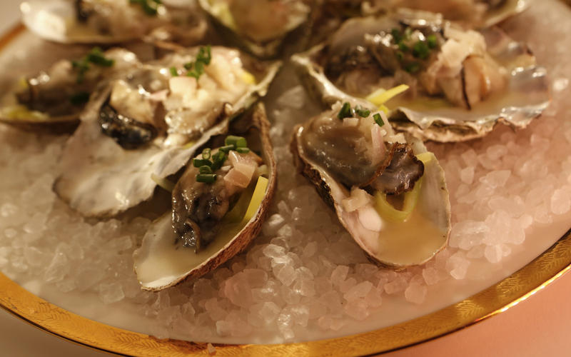 Warm oysters in their shells with leeks and Champagne butter