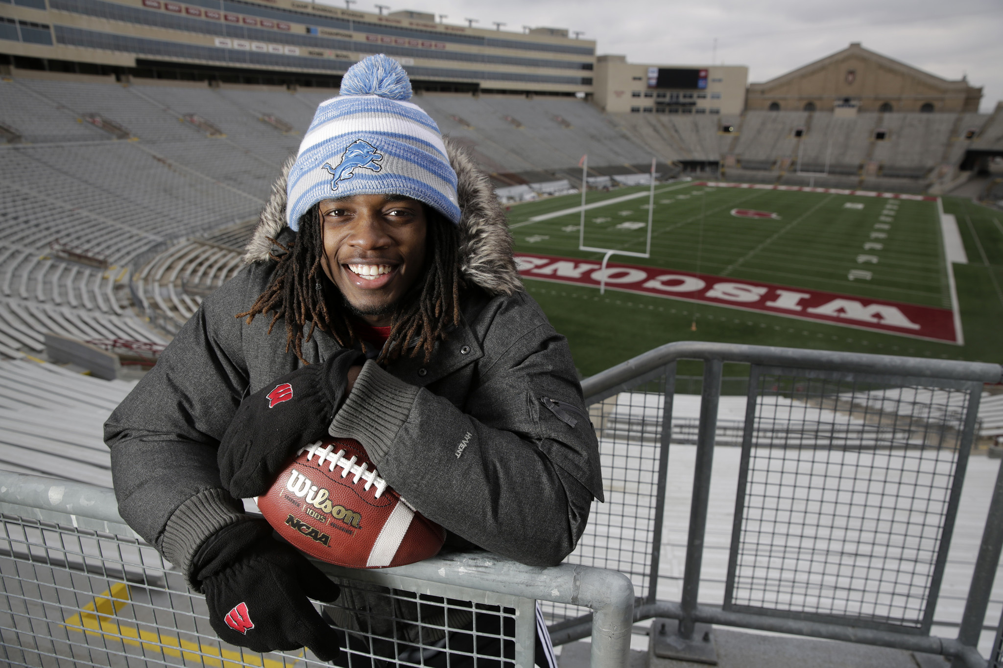 ct-melvin-gordon-tribune-silver-football-spt-1212-20141211