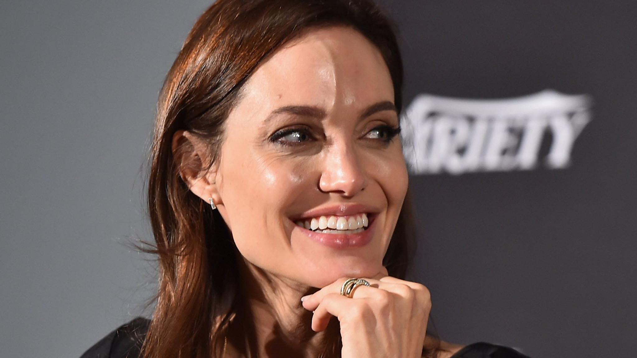 Angelina Jolie goes viral: She has chicken pox - LA Times Angelina Jolie