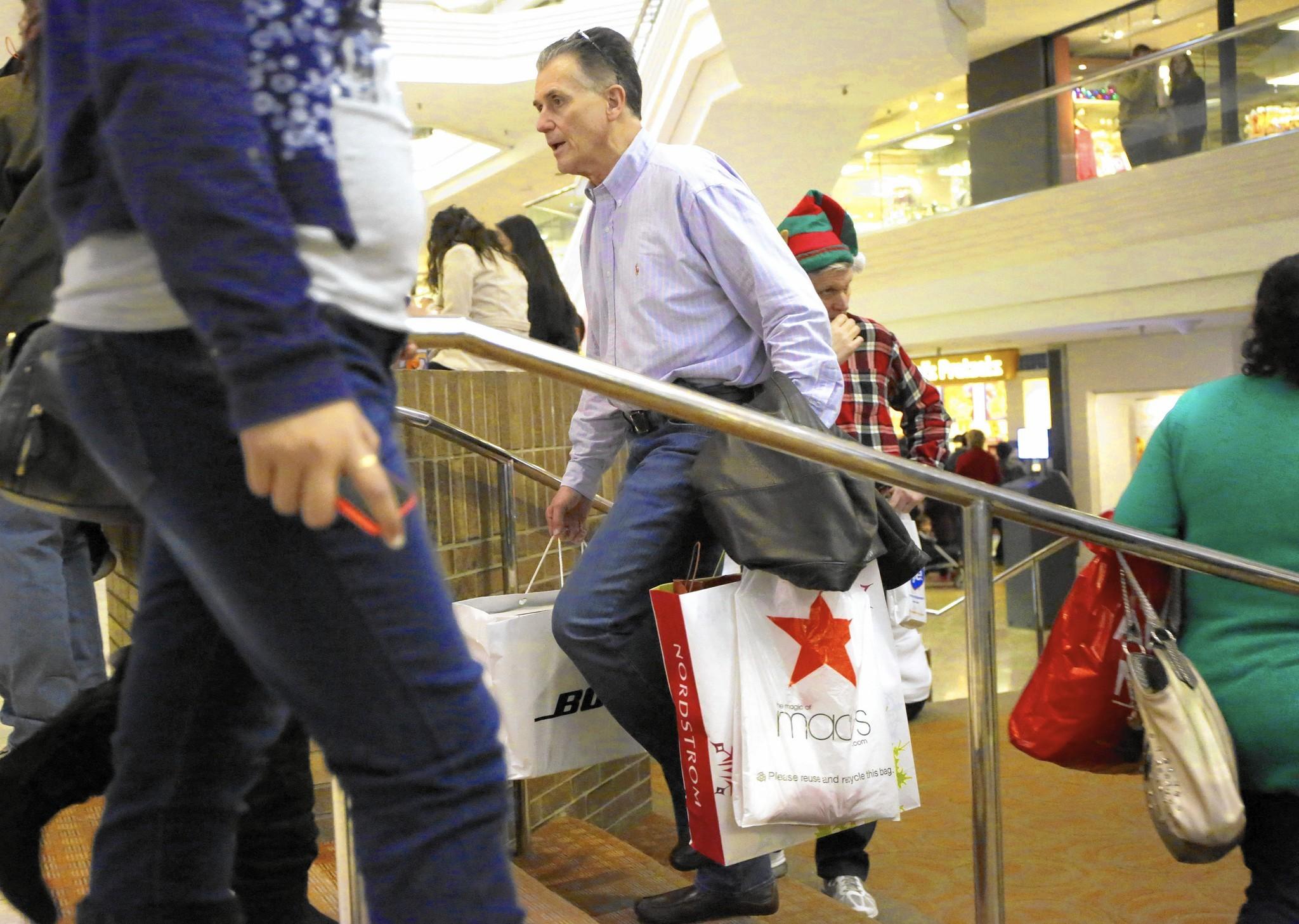 Last-minute Christmas shoppers push online, mall traffic
