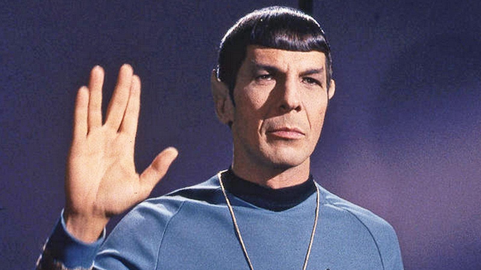 """Leonard nella famosa """"posa"""" con la mano e le quattro dita divise al ventro che formano una V in una foto dei suoi primi star trek"""
