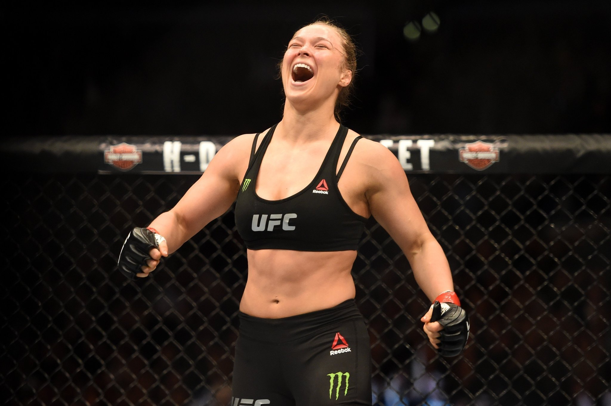 Ronda Rousey makes very fast work of Cat Zingano in UFC title bout
