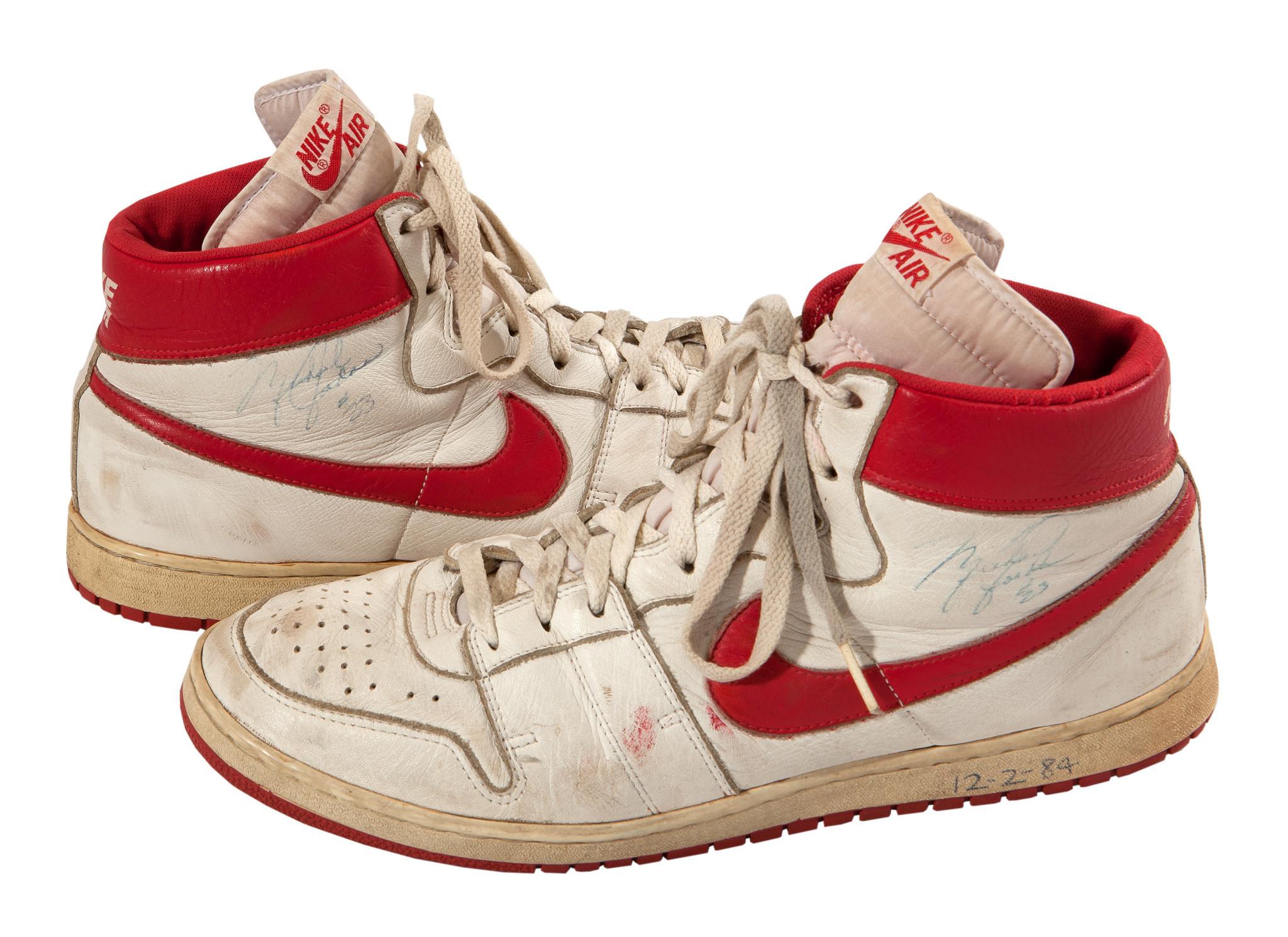Michael Jordan '84 Es Un Juego Usado '84 Jordan Nikes Para Subasta Ch-icago Tribune 99a6b7