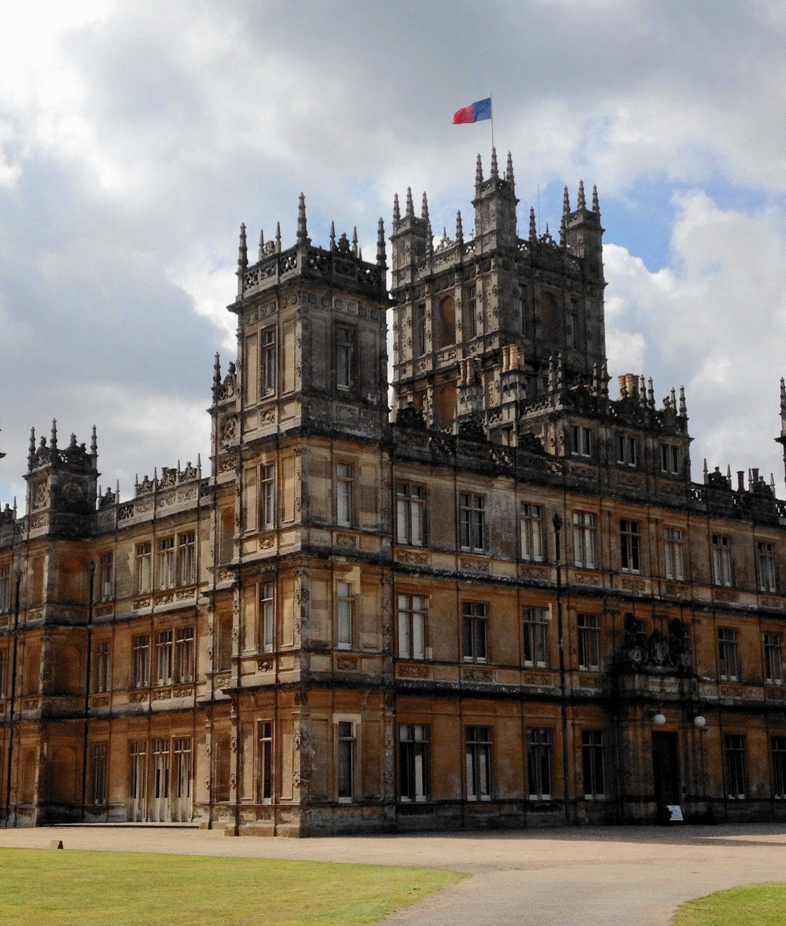 Visiting downton a tough ticket to snag for tourists for Downton abbey tour tickets