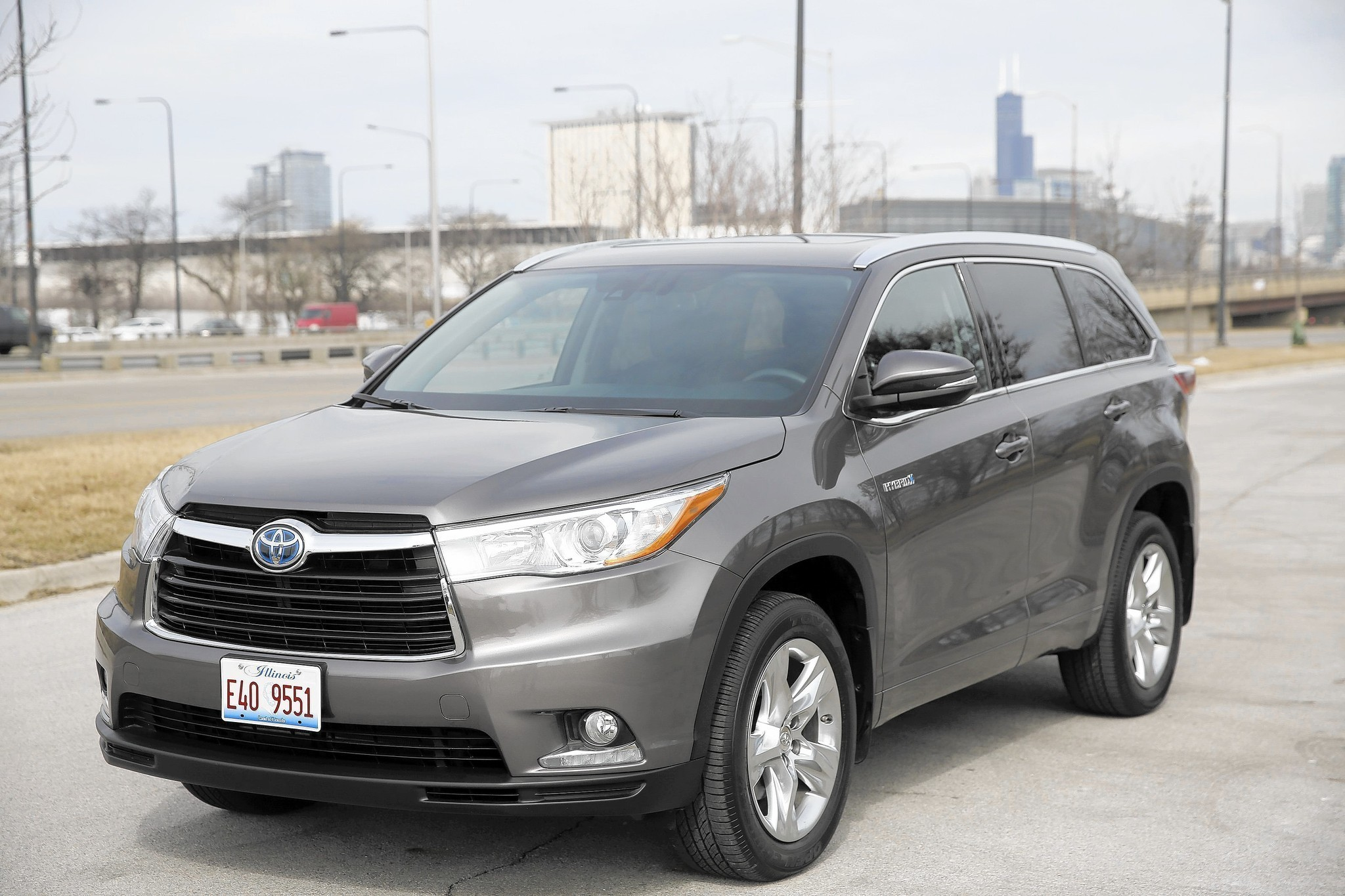 2015 toyota highlander hybrid skimps on fuel but nothing else chicago tribune. Black Bedroom Furniture Sets. Home Design Ideas