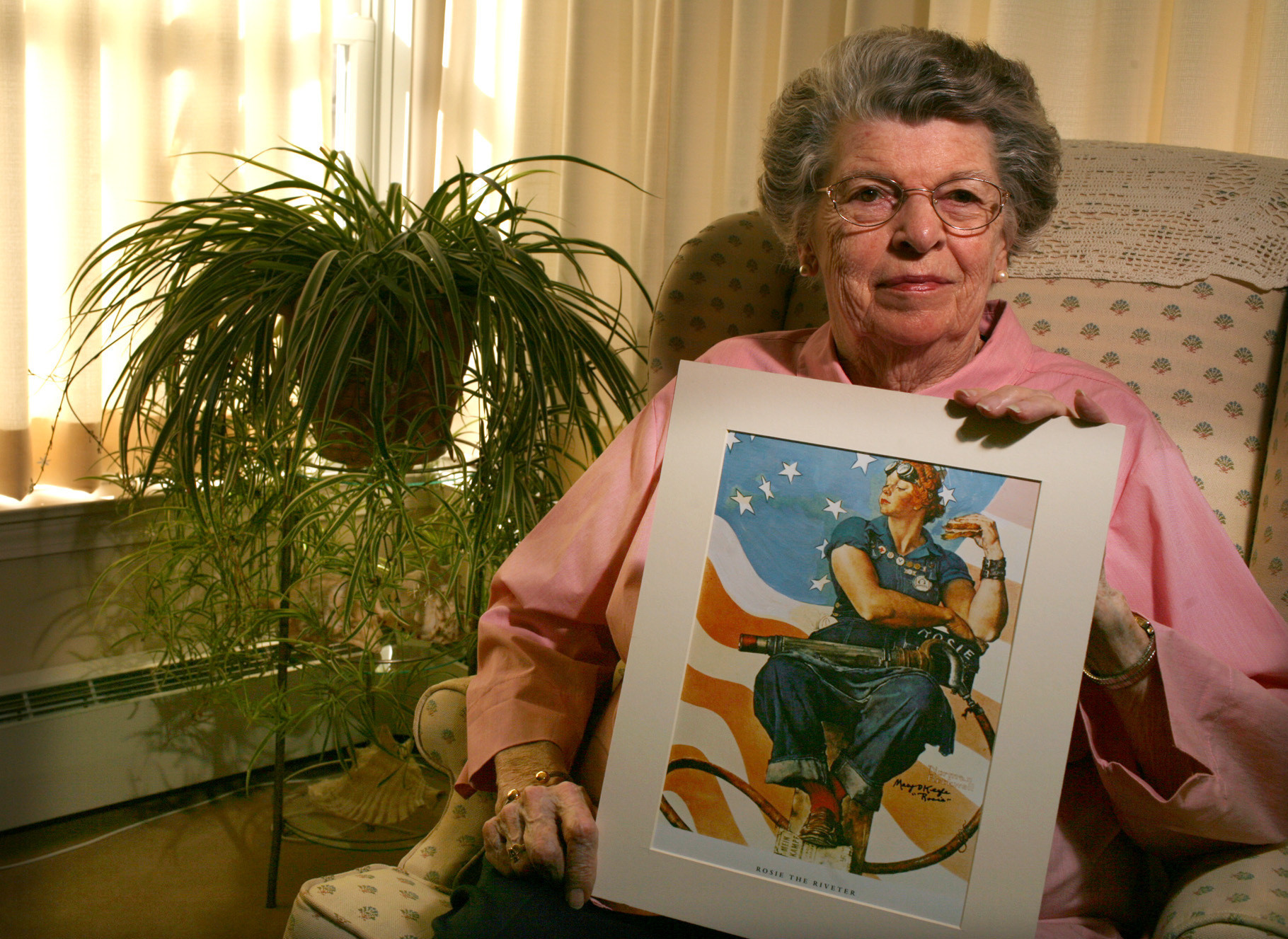 model for rockwell 39 s 39 rosie the riveter 39 painting dies in simsbury at 92 hartford courant. Black Bedroom Furniture Sets. Home Design Ideas