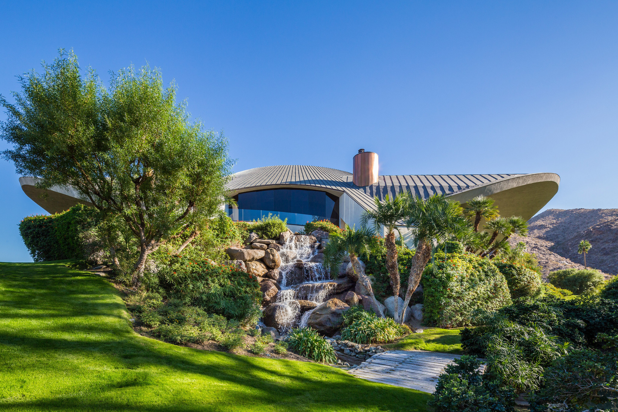 Louis vuitton finds palm springs oasis for cruise show for Palm springs for sale by owner