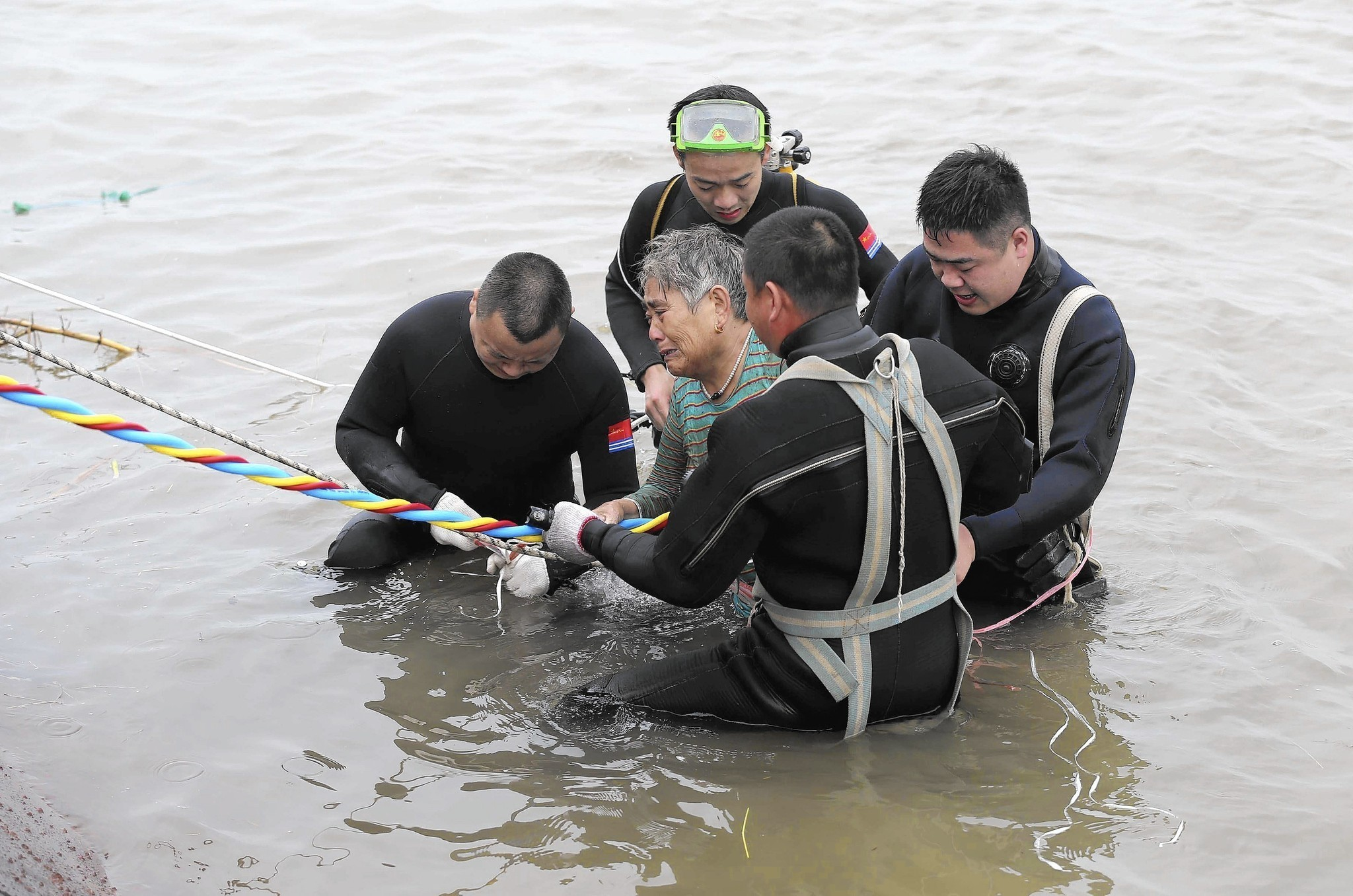 China rescue efforts yield few survivors from capsized ship