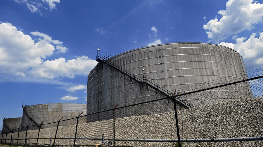 Targa Terminals, located at 1955 Chesapeake Avenue along the Patapsco River, has applied for an air-quality permit with the Maryland Department of Environment to begin handling crude oil at the Baltimore facility. (Kenneth K. Lam, Baltimore Sun)