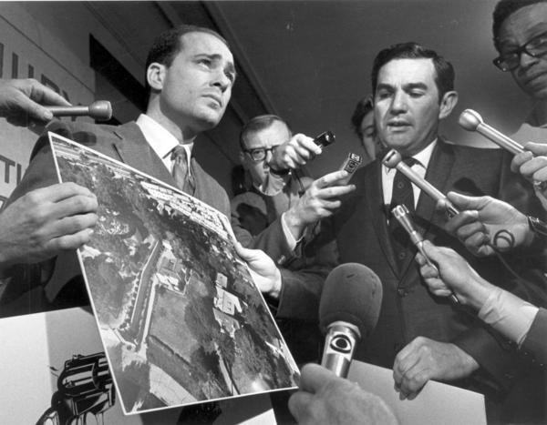Aaron Stovitz, right, and Vincent Bugliosi show an aerial photo of the LaBianca home during the trial.