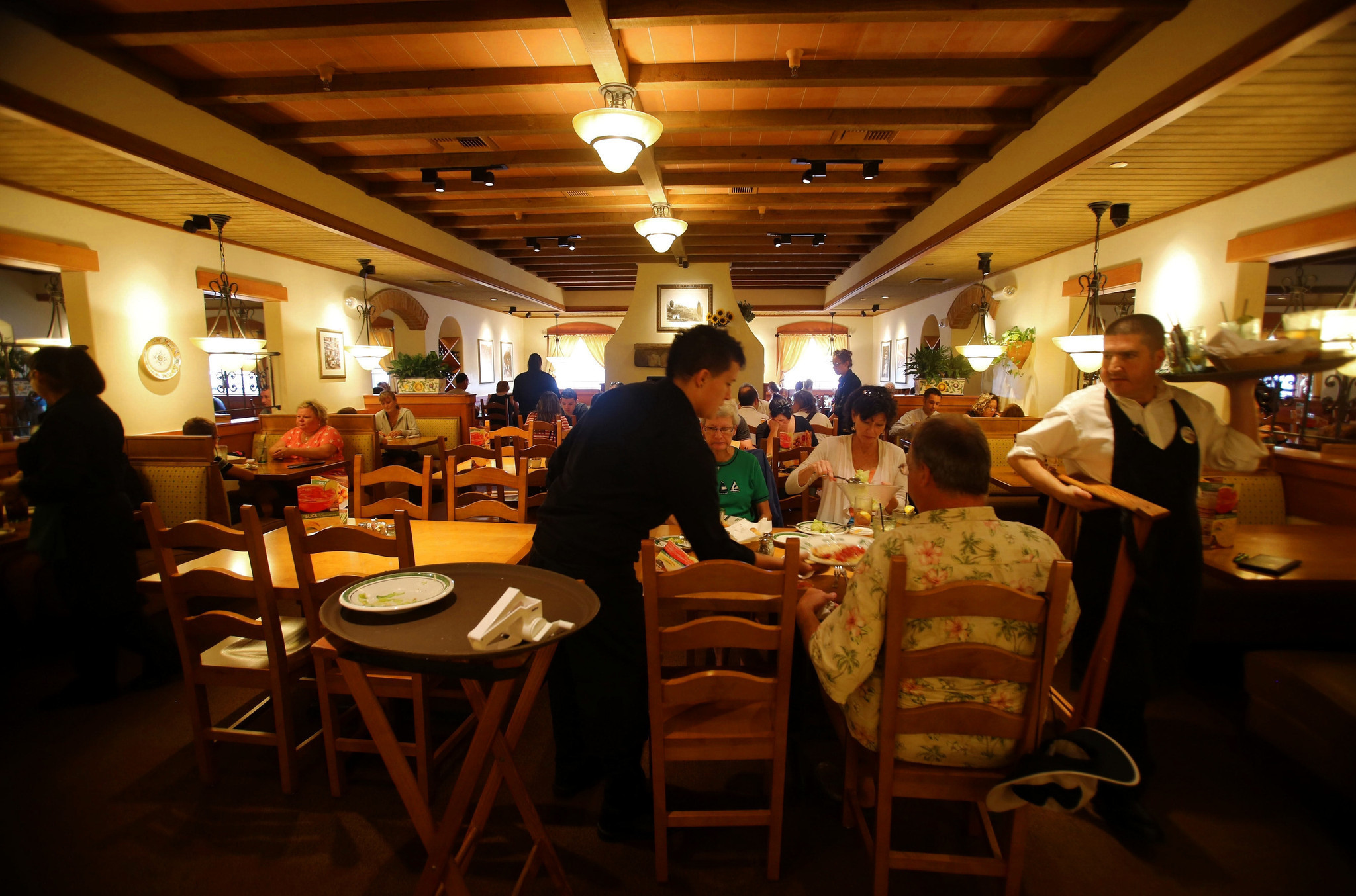 olive gardens latest cost cutting plan clean carpet less often chicago tribune - Olive Garden New York