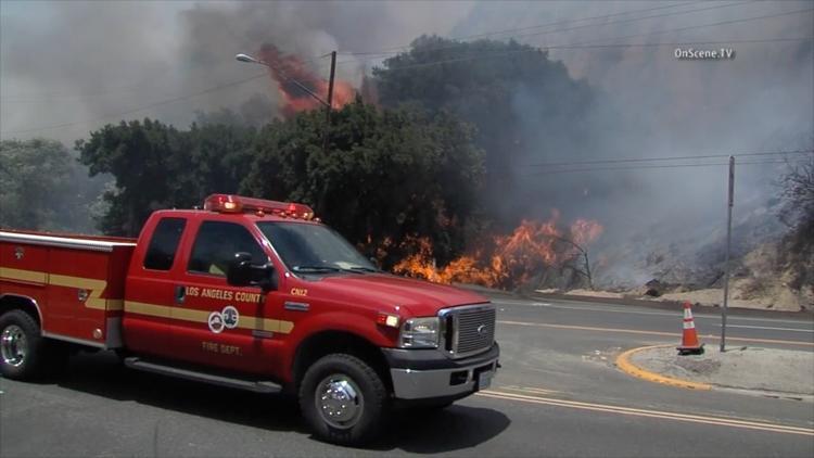 Fire in Santa Clarita burns close to homes