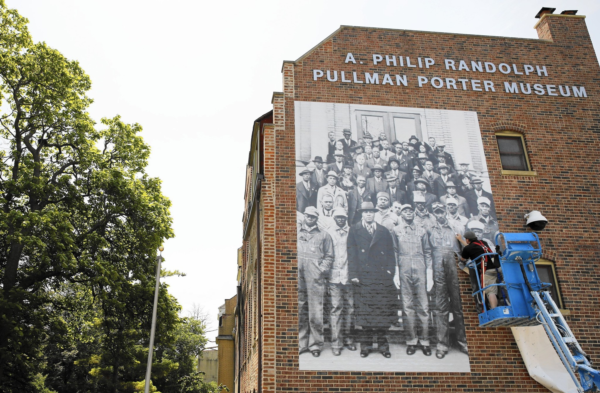 Mural marks 1st public art initiative for pullman monument for Chicago mural group