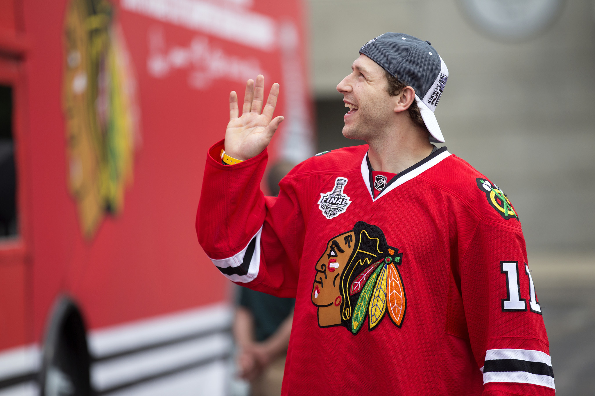 Andrew Desjardins re-signs with the Blackhawks