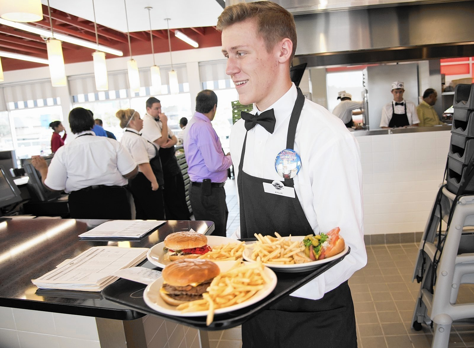 Dining review steak 39 n shake millersville capital gazette for Steak n shake dining room hours