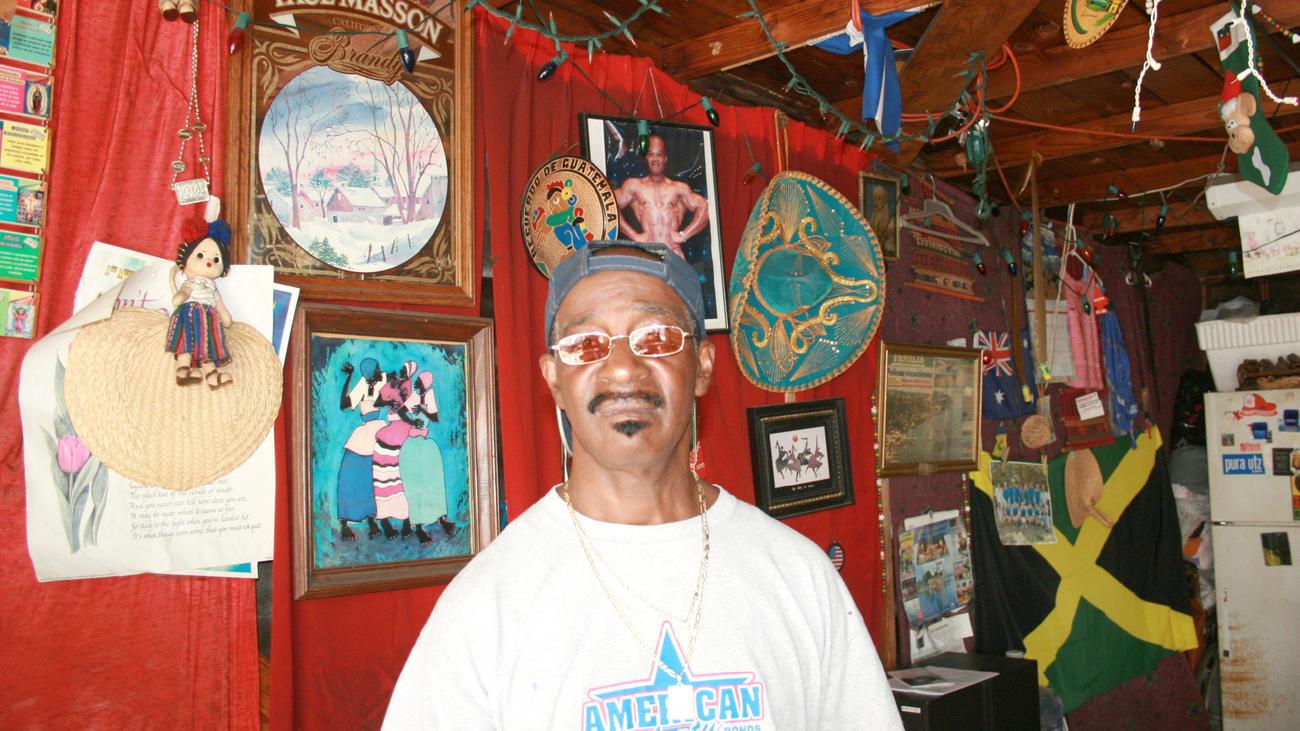 Flavio Álvarez ha decorado su cochera con fotografías y objetos que representan la cultura garífuna. Sus amigos le dicen a este lugar