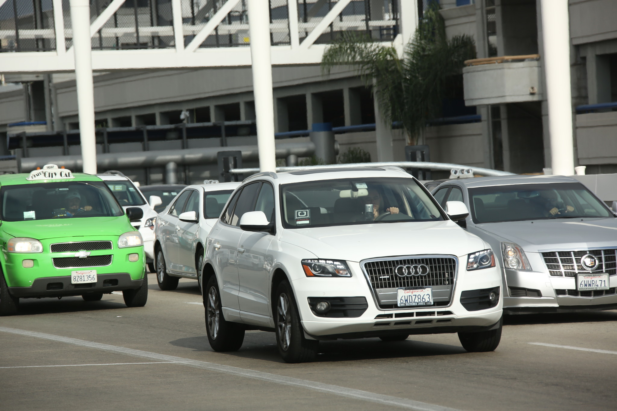 Uber and Lyft should be able to operate at LAX — but it