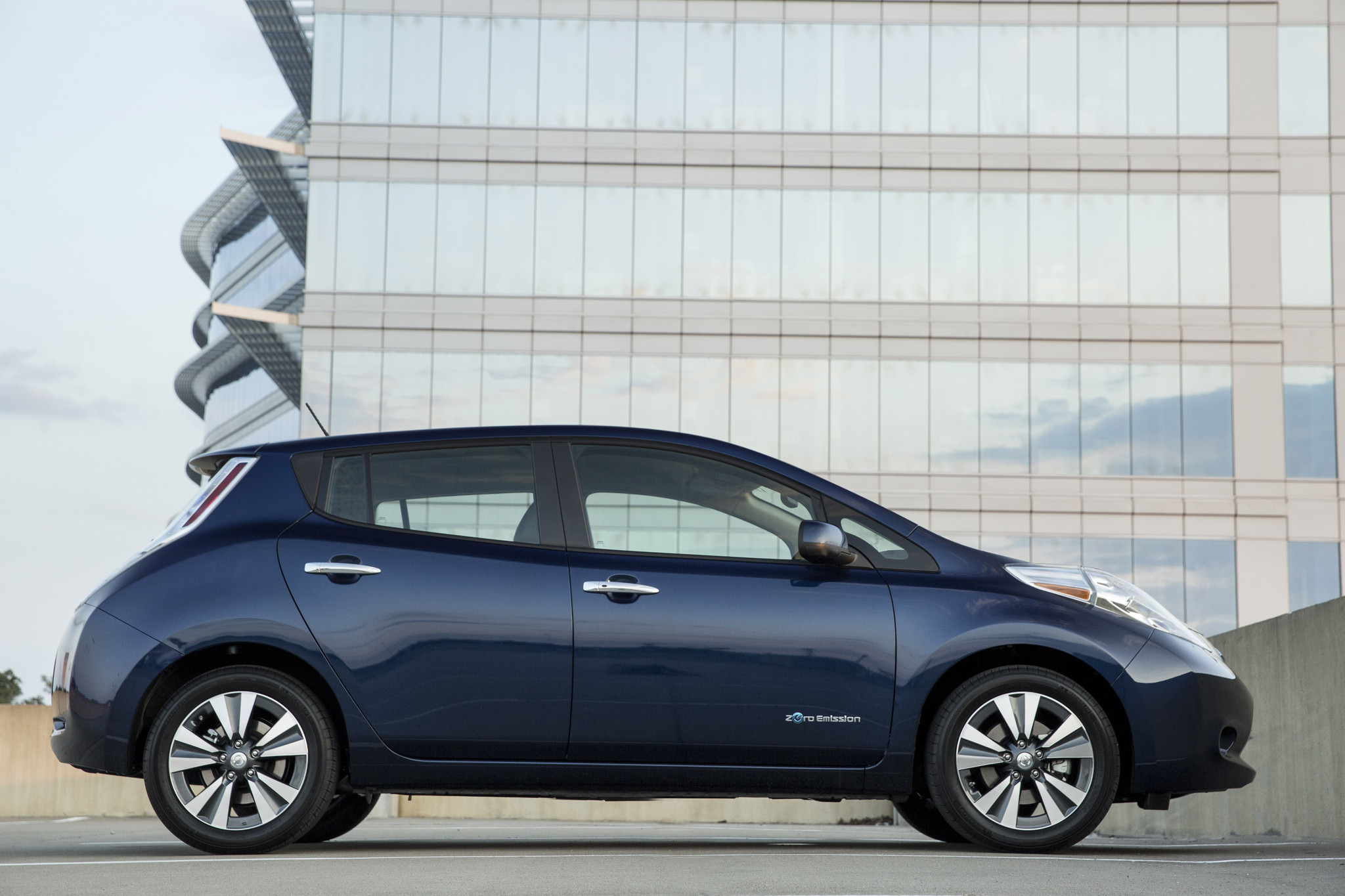 Bigger battery gives new nissan leaf 107 miles on a single charge la times