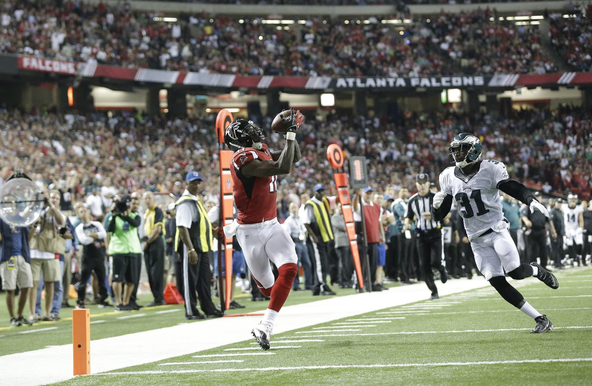 Julio Jones leads Falcons past Eagles 26 24 Chicago Tribune