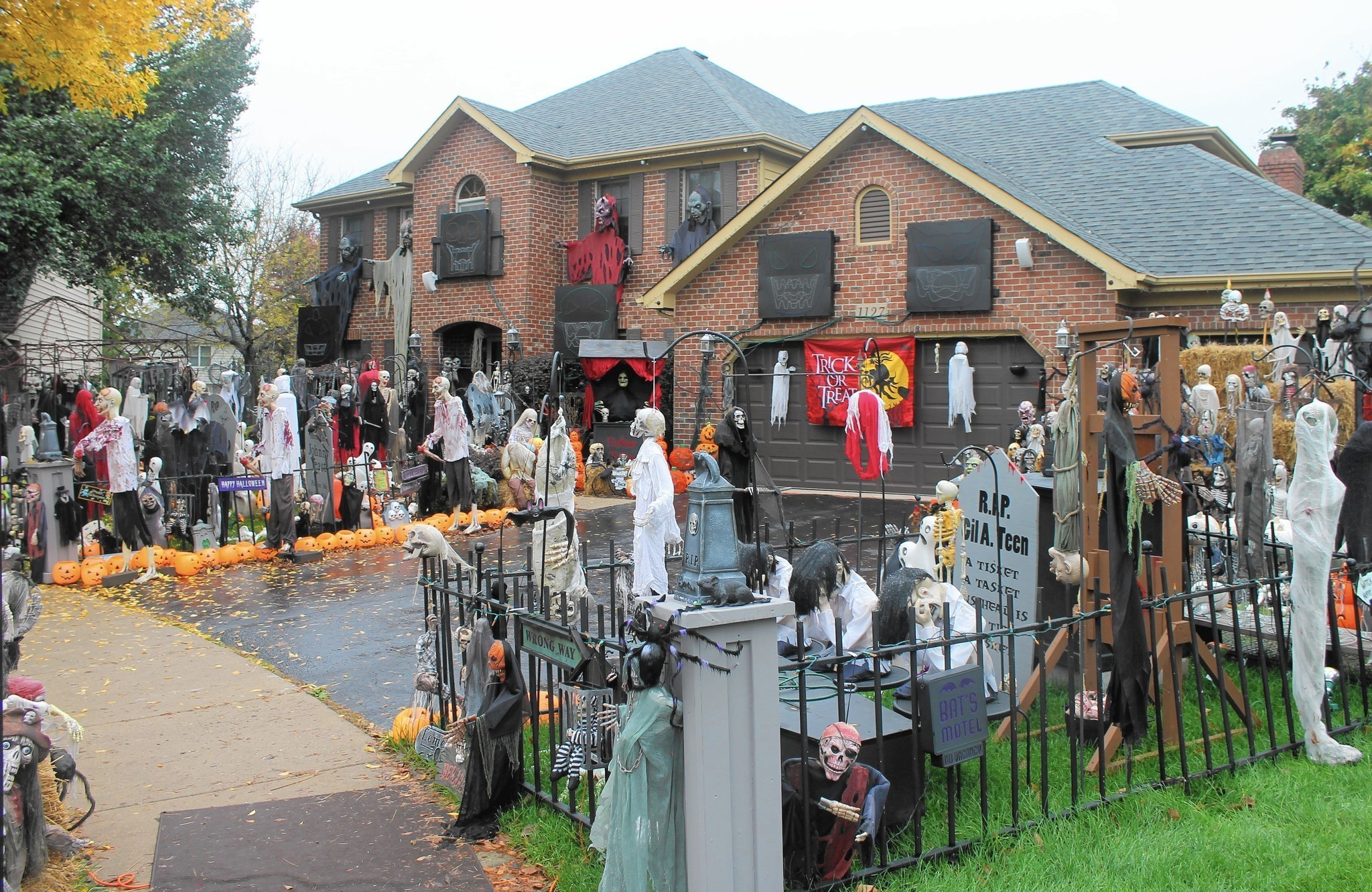 Famous naperville halloween house goes dark naperville sun - Decoration maison halloween ...