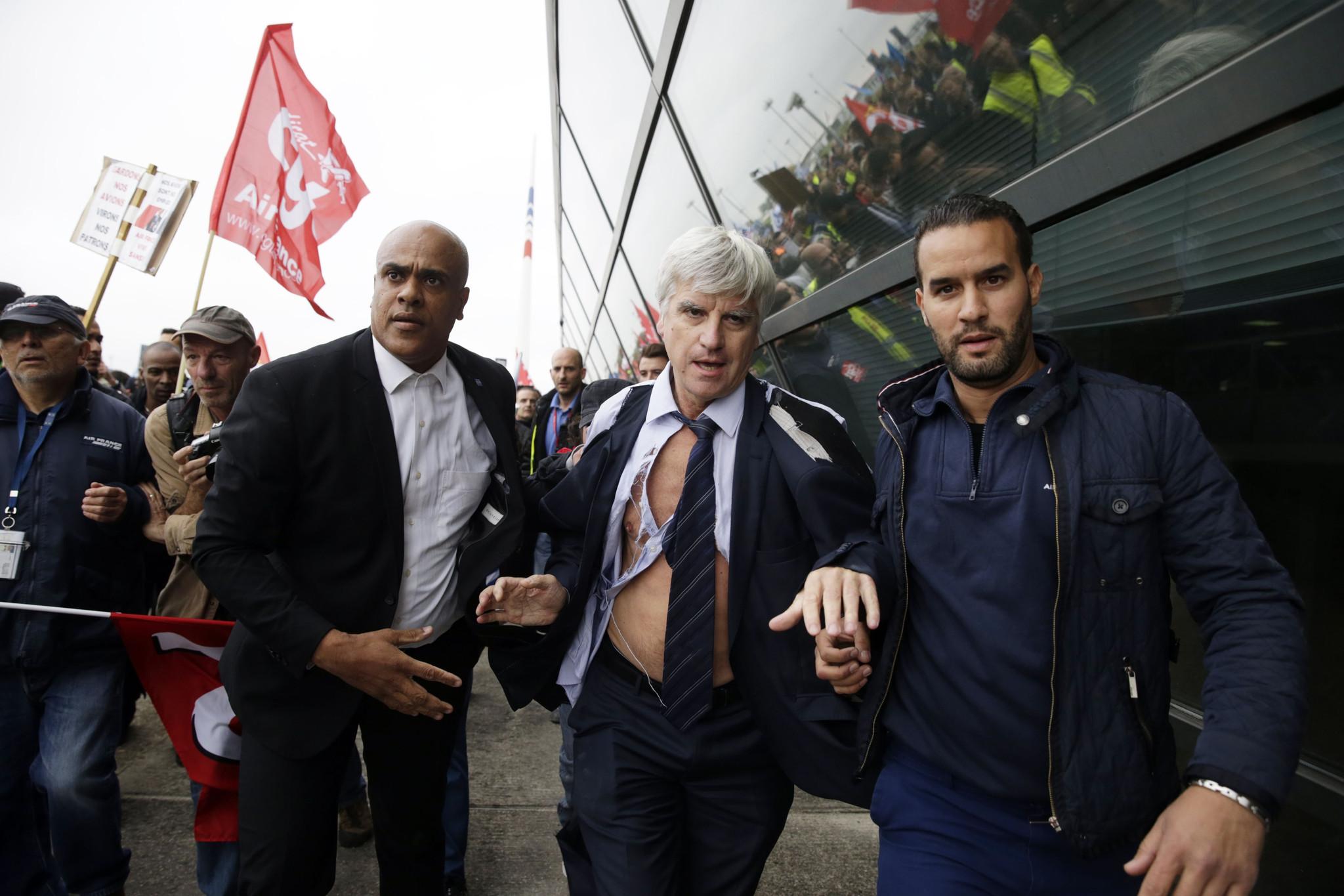 Workers attack Air France managers, forcing them to flee