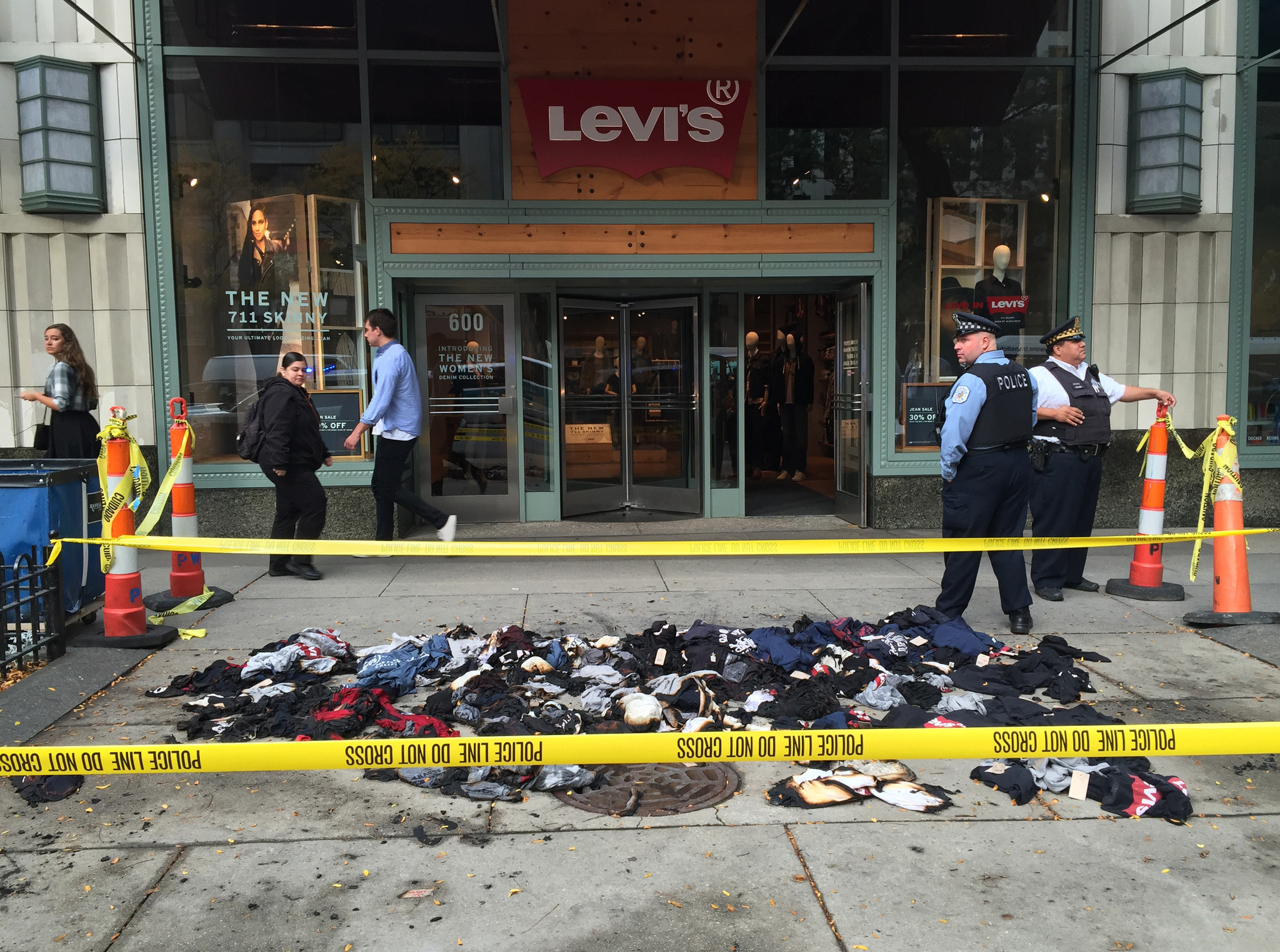 Passer by spots fire at Michigan Avenue Levi s store