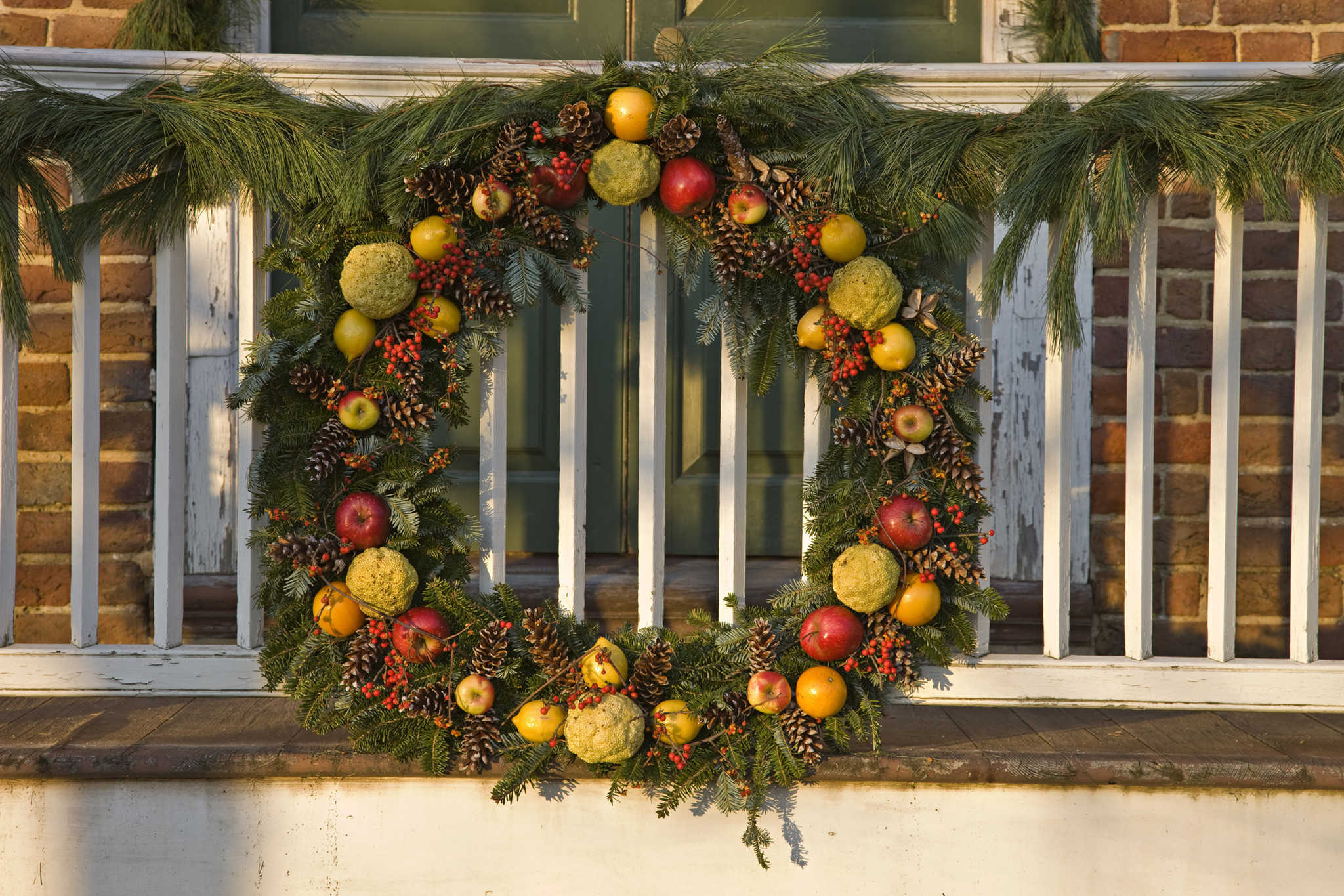 Colonial williamsburg holiday decorations 18th century for H h christmas decorations