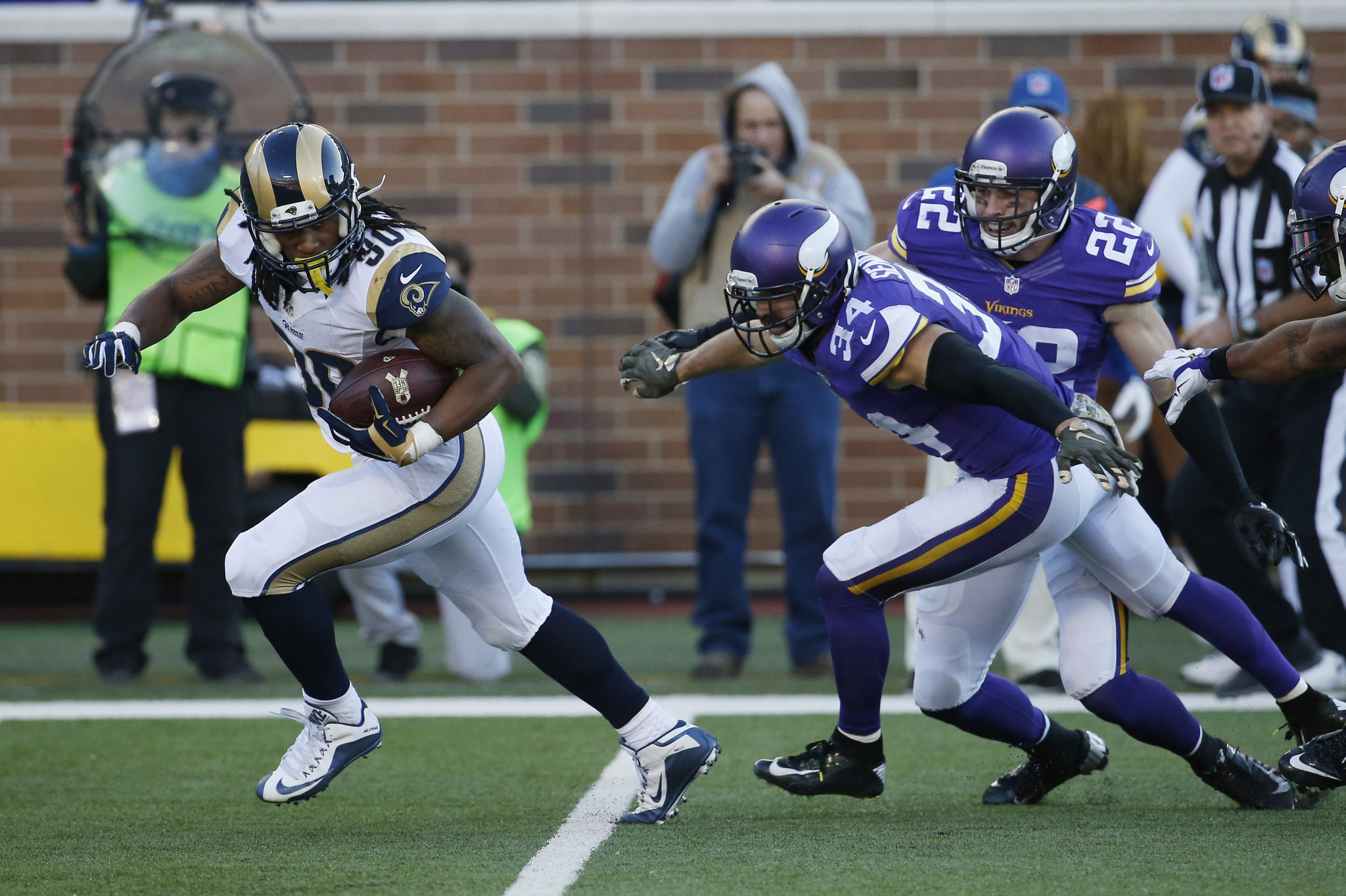 Todd Gurley helps makes Rams relevant 32ae9c87f
