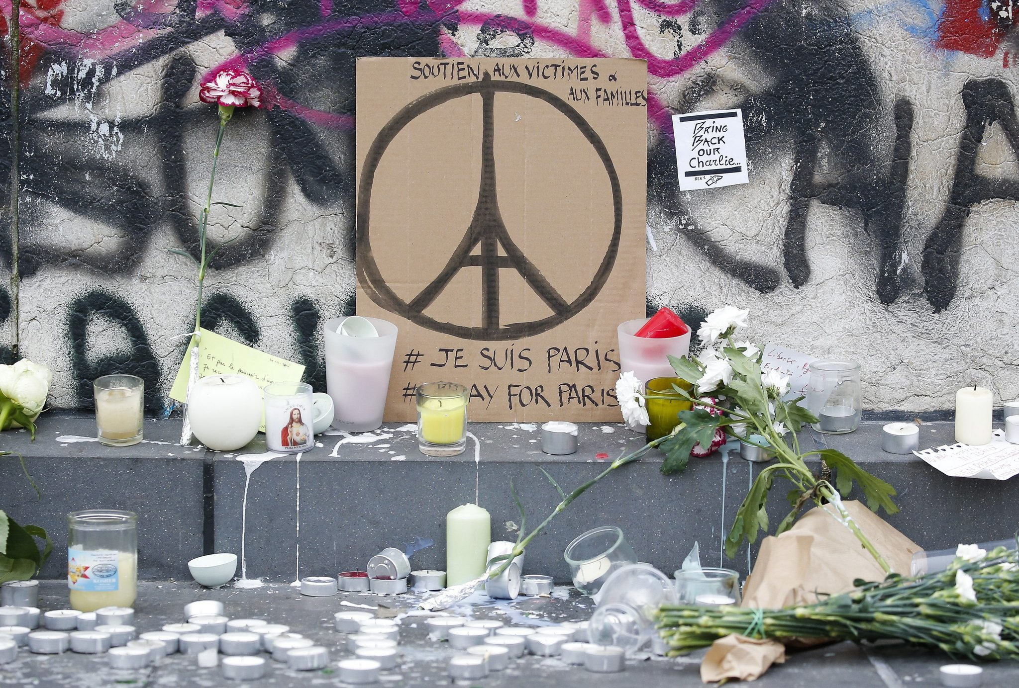 Memorial in Paris pays tribute to those killed in Friday's terror attacks. (Julien Warnand / EPA)